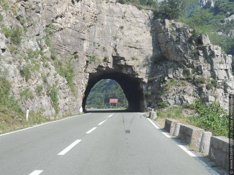 В горной части страны на трассах часто встречаются туннели