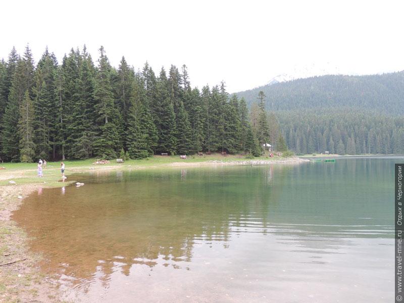 Возле Черного озера можно посидеть на лавочке или взять напрокат лодку