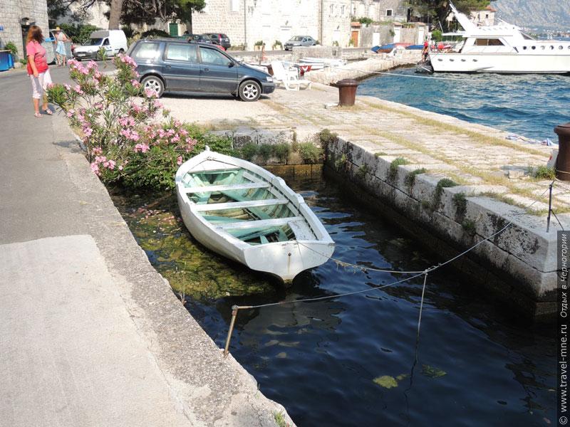 На городской пристани встречаются и такие небольшие лодочки