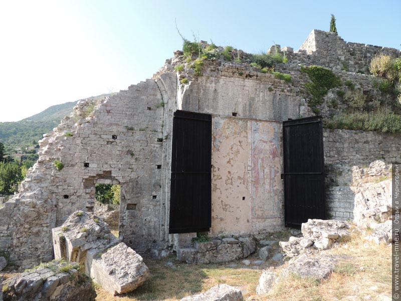 От Кафедрального собора Святого Георгия сохранилась только часть стены с фресками