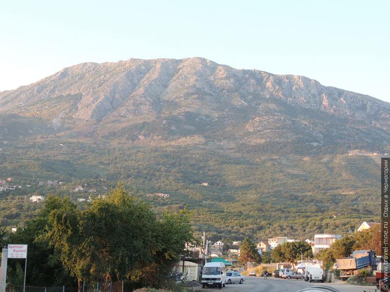 Поселок расположен у подножия горы Могила