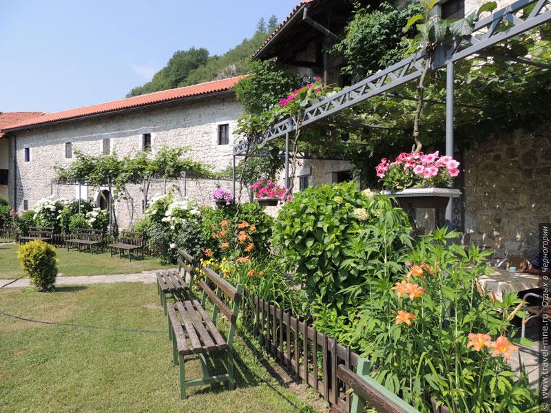 Жилые постройки и стены монастыря Морача в летнее время увиты цветущей зеленью