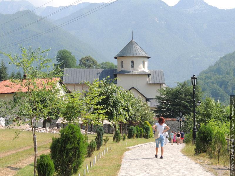 Монастырь Морача расположен прямо на берегу каньона одноименной реки