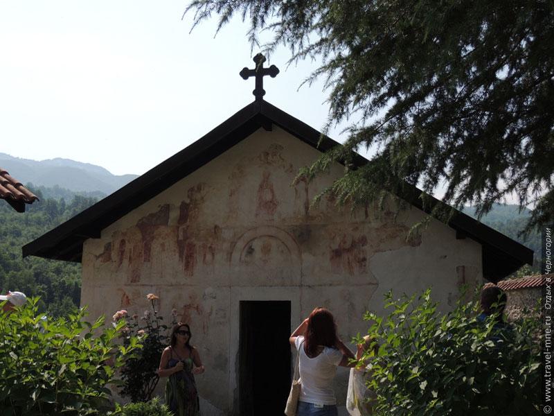 Малая церковь Святого Николая по данным источников старее главного храма