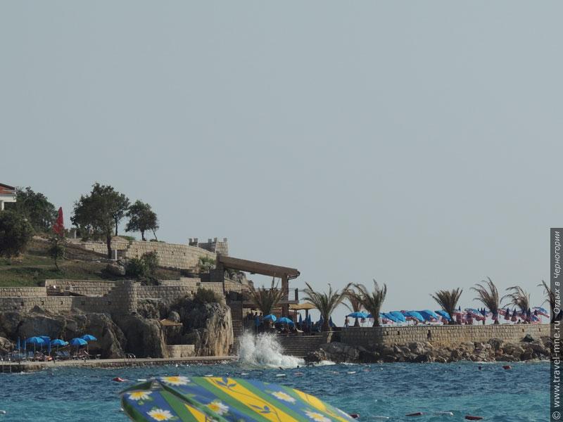 Некоторые отели на побережье имеют собственный участок пляжа