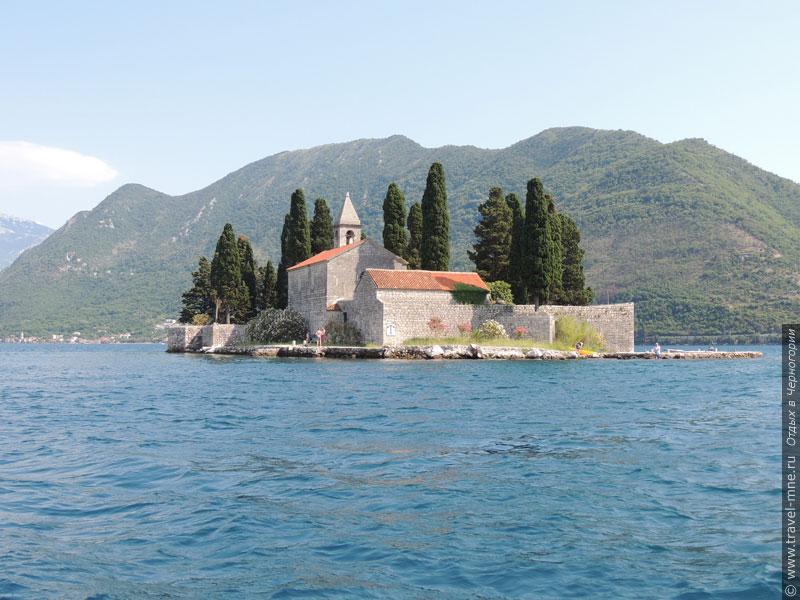Некоторые туристы приплывают на остров, чтобы отдохнуть в уединенном месте