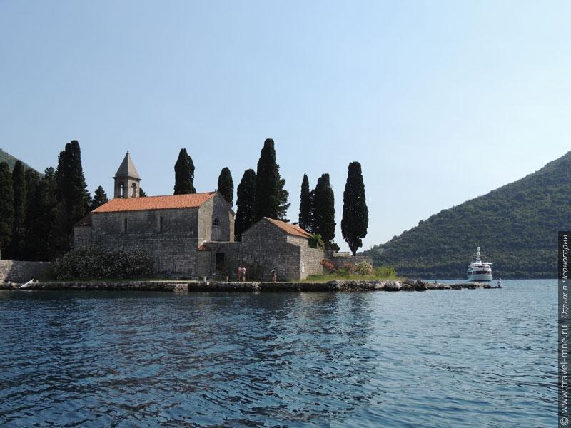 Прогулочные корабли делают здесь остановку, чтобы рассказать об острове Святого Георгия