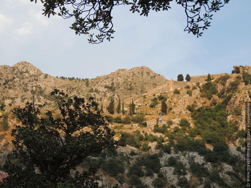 Городские стены Старого города уходят высоко в горы к крепости Святого Иоанна