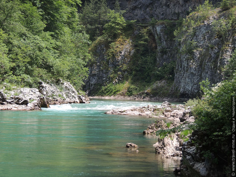 В некоторых местах скалы почти отвесно спускаются к берегам реки