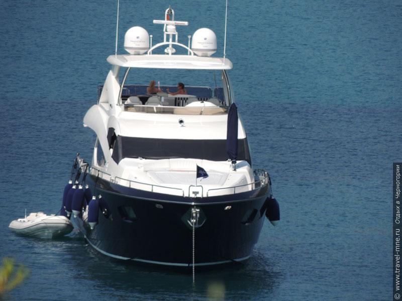 Состоятельные туристы могут позволить себе аренду комфортабельной яхты