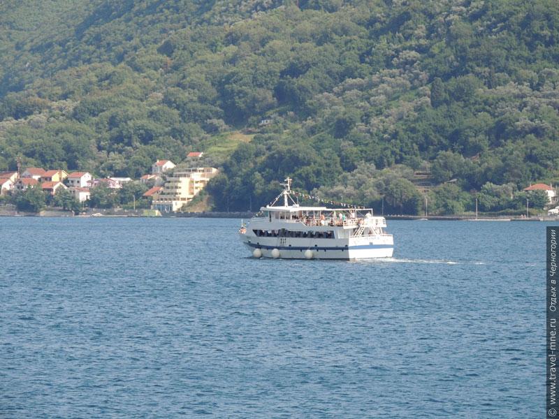 По Бока-Которской бухте можно прокатиться на прогулочном корабле
