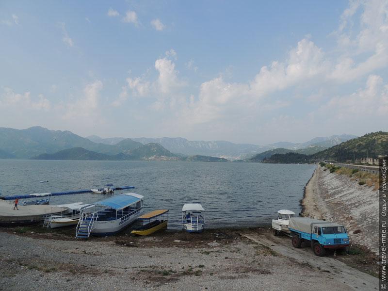 Для прогулок по озеру предлагаются разнообразные корабли