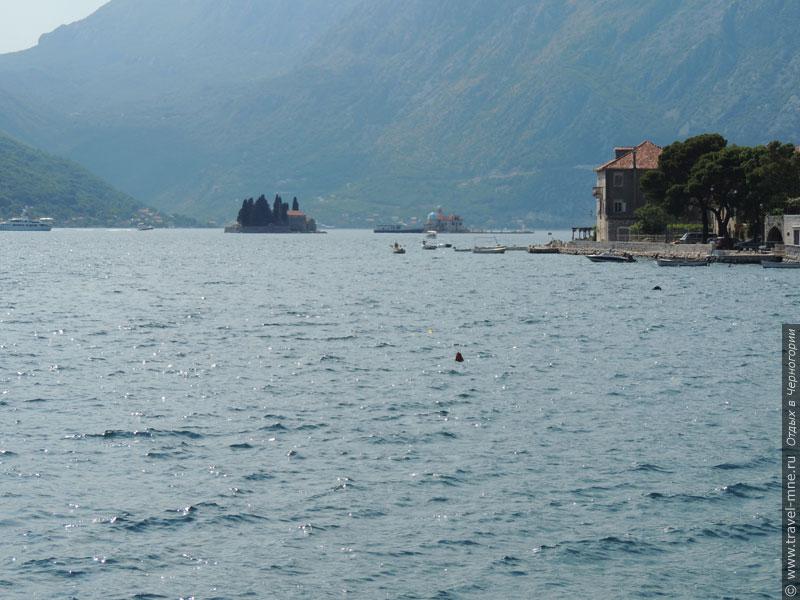 Посреди бухты имеется несколько интересных островов