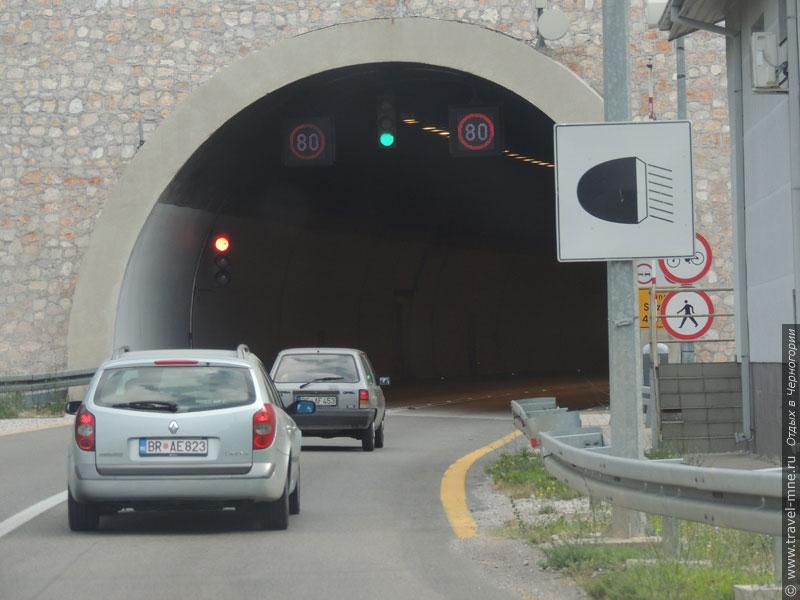 На дорогах Черногории водитель заметит стандартные знаки и разметку