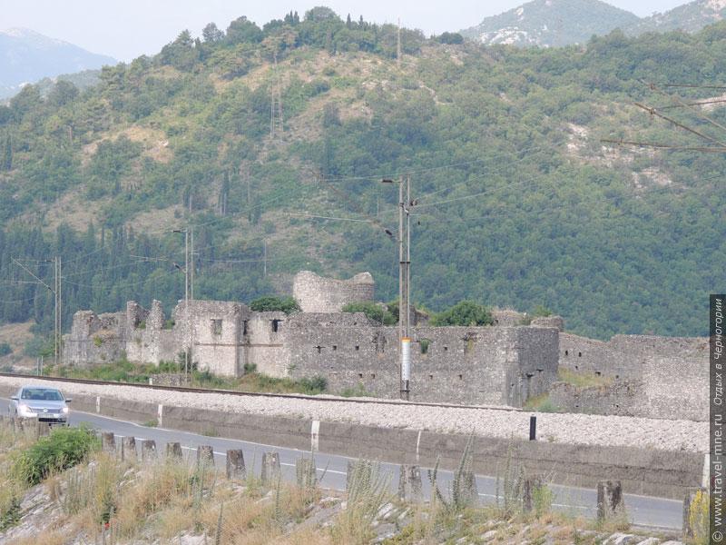 О былых сражениях напоминают развалины многочисленных крепостей (район дамбы Скадарского озера)