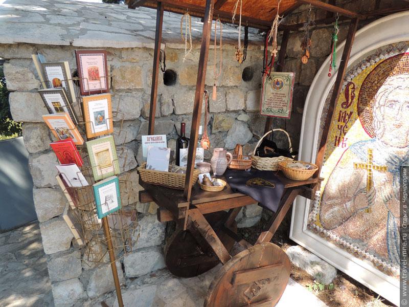 Небольшая монастырская лавка предлагает сувениры для туристов и паломников