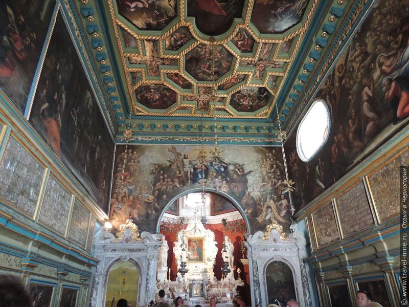 Богатое внутреннее убранство церкви Божьей Матери обеспечили местные моряки