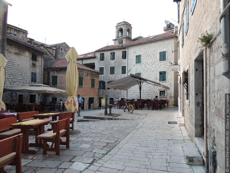 На площадях Котора есть кафе, за столиками которых можно отдохнуть