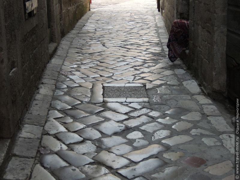 Камни на старых улицах Котора отполированы за долгие века своей истории