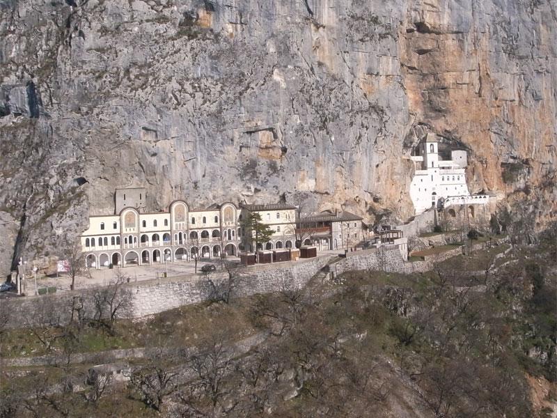 Монастырь Острог построен прямо в крутой скале на месте природной пещеры