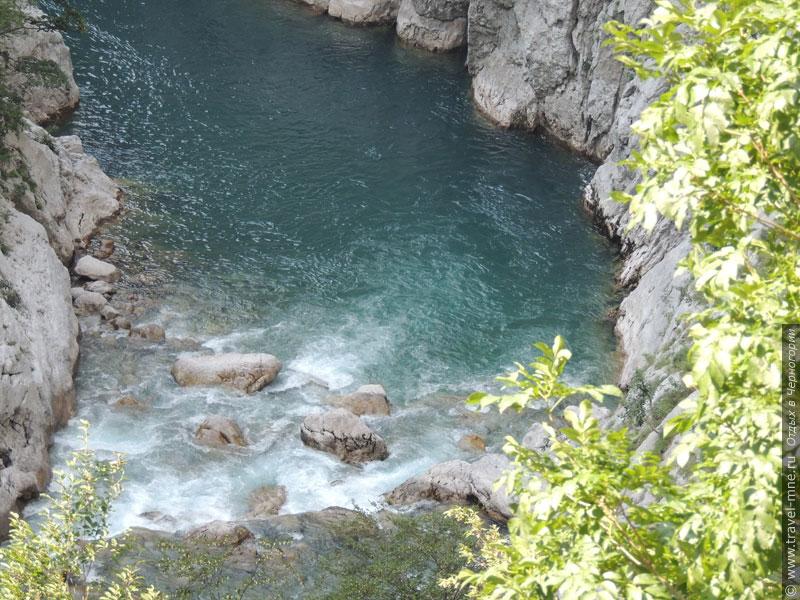 Каньон реки Морача служит коридором для автомобильной дороги на север страны