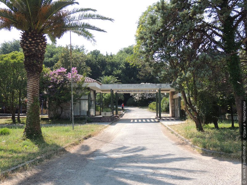 Главный вход на Остров Цветов остался со времен курорта югославского министерства обороны