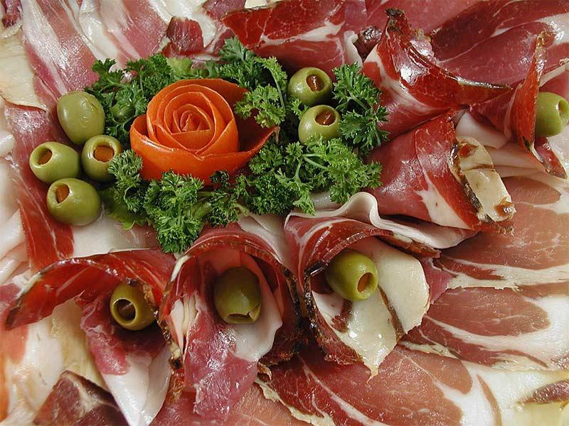 Пршут - вяленое или копченое мясо - наиболее известный гастрономический бренд Черногории