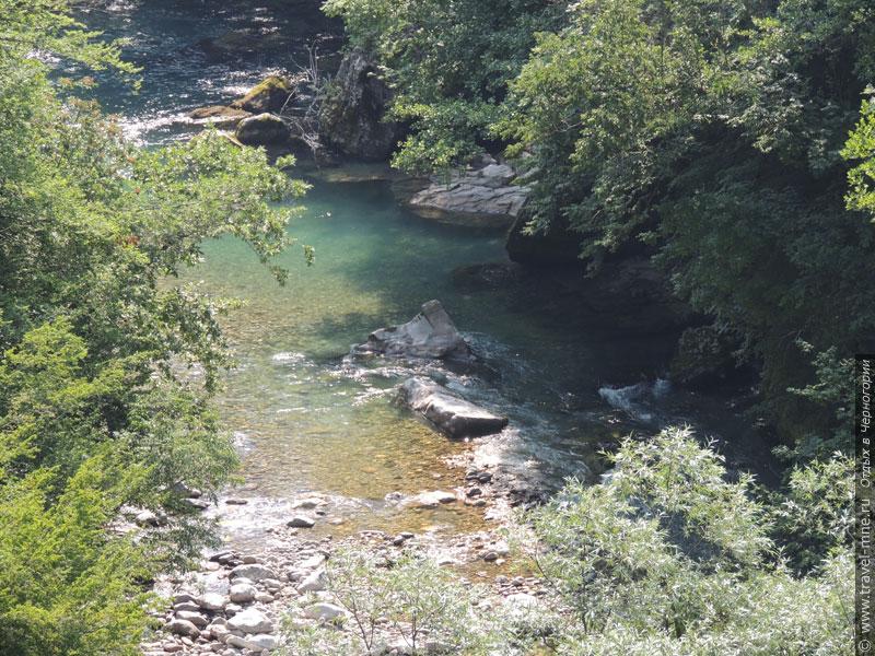 На некоторых участках реки хорошо заметно ее каменистое дно