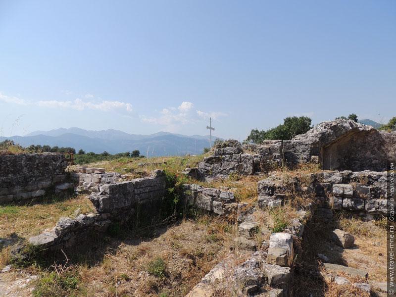 Руины древнего храма Архангела Михаила VI века, разрушенного венецианцами