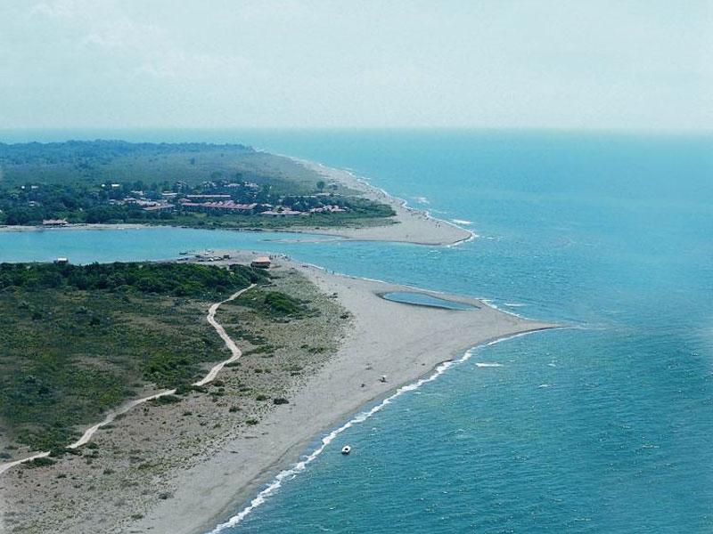 Остров Ада Бояна отгорожен от остальной суши рукавами реки и морем