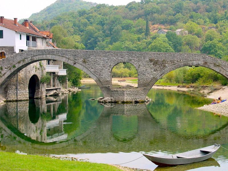 Знаменитый мост, построенный Данило I Петровичем Негошем, возле княжеских палат