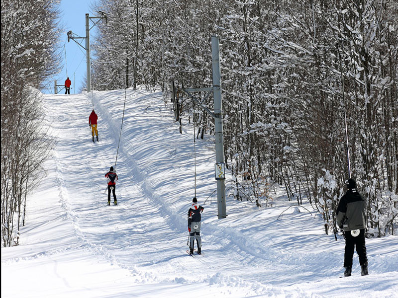 Пологие склоны центра Вучье хорошо подходят для начинающих лыжников и детей