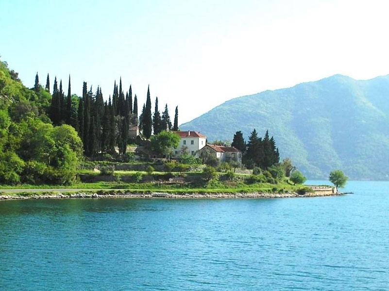 Монастырь Баня расположен в красивом месте прямо на берегу Которской бухты