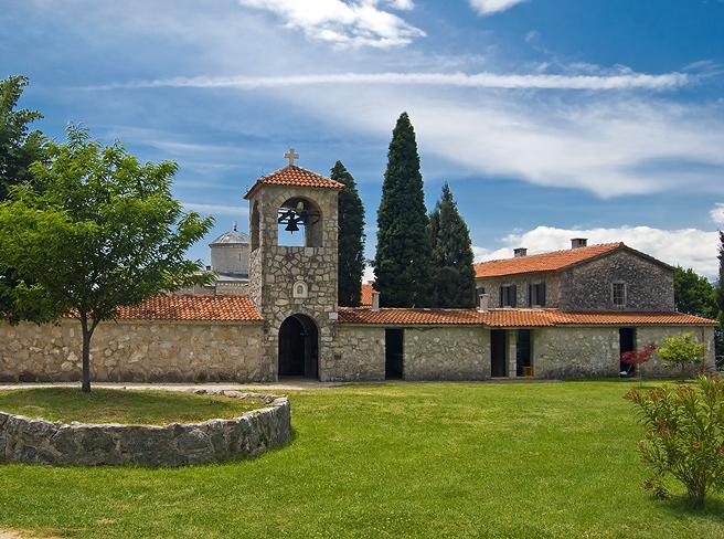 Монастырь Челия Пиперска внешне напоминает маленький городок