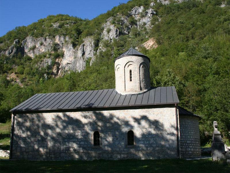 Сам монастырь Подмалинско и его храм посвящены Святому Архангелу Михаилу