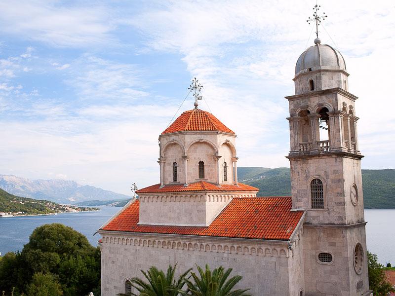 Большой Успенский храм монастыря Савина расположен на берегу Которской бухты