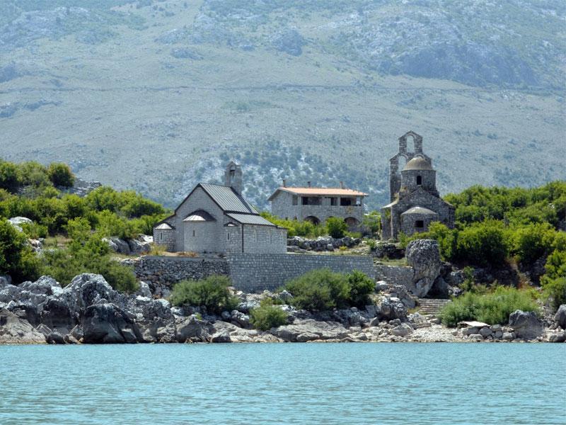 Монастырский комплекс Бешка включает в себя два храма: Святого Георгия и Пресвятой Богородицы