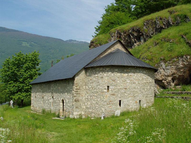 Церковь Святой Троицы выполнена в византийском стиле без центрального купола