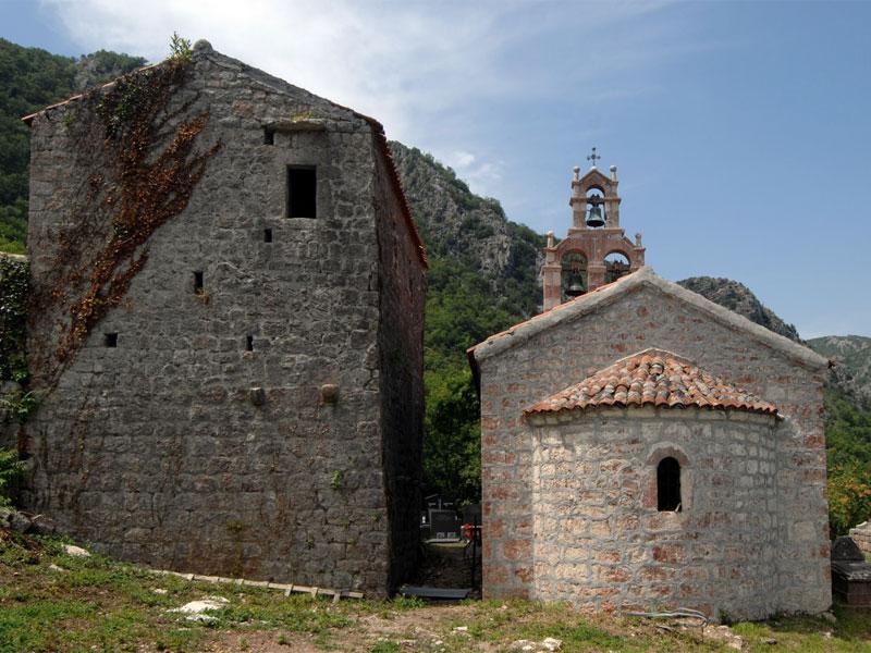 Монастырь в селении Орахово имеет в своем составе сразу две церкви Святого Николая