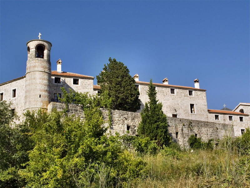 Монастырь Подмаине занимает обширную территорию близ горы Острог