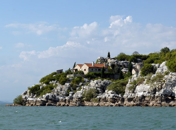 Монастырский комплекс на острове Старчево