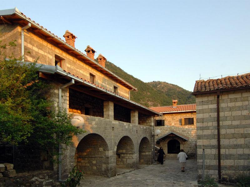 Келейный корпус монастыря Верхние Брчелы напоминает типичный для Црмницы деревенский дом