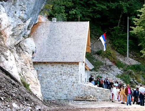 Монастырская церковь Святого Архангела Михаила встроена в отвесную скалу