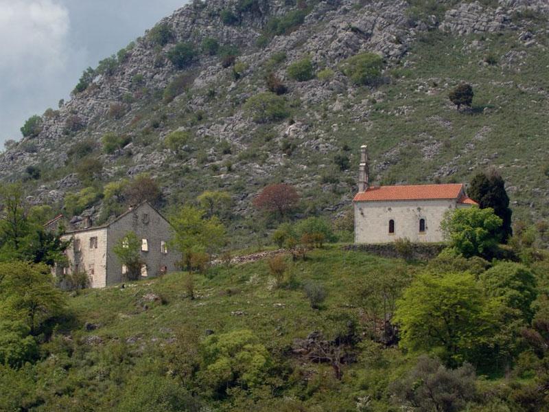 Церковь монастыря на острове Враньина посвящена Святому Николаю Чудотворцу