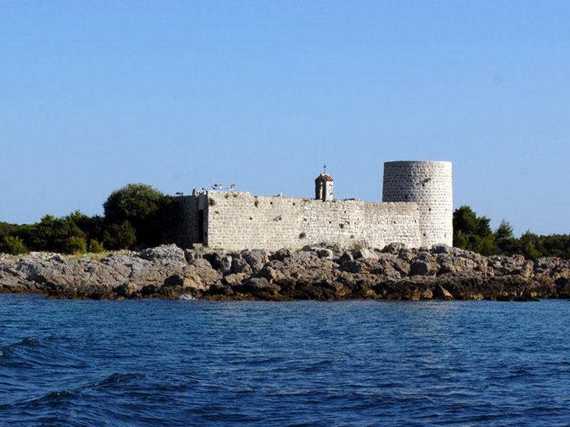 Монастырский комплекс размещается на небольшом острове Жаница