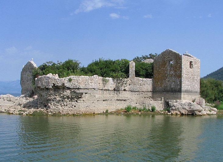 Оборонительная мощь крепости Грможур достигалась не только стенами, но и окружающей остров водой