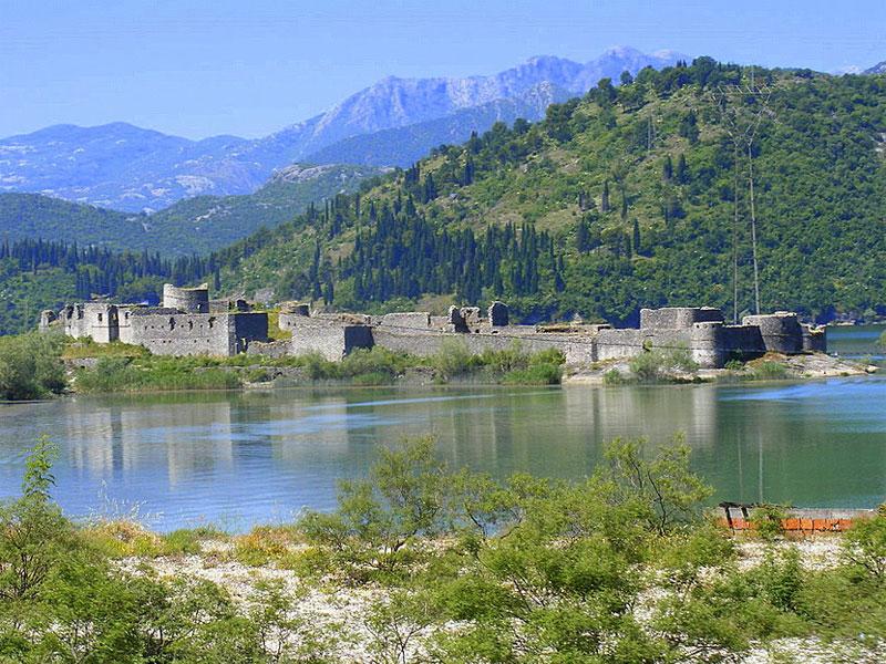 Бывший остров Лесендро с остатками крепости теперь превратился в полуостров возле насыпной дороги