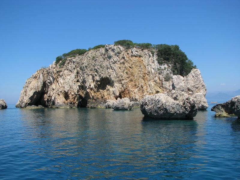 Небольшой островок связан со Старым Улцином не только одинаковым названием