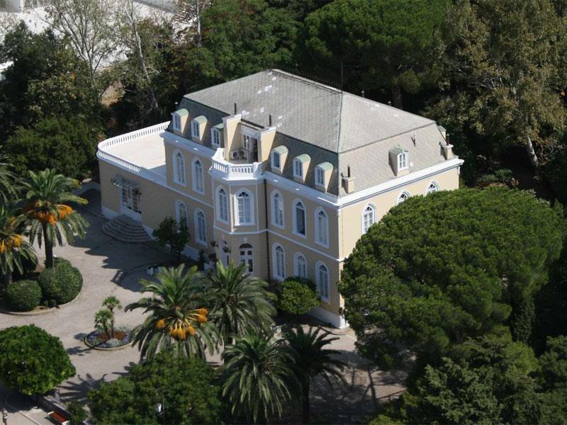 Дворцовый комплекс сегодня окружен пышной средиземноморской растительностью