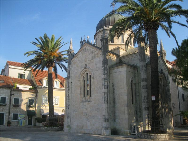 Церковь Архангела Михаила впитала в себя сразу несколько архитектурных стилей